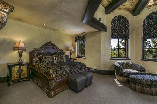 Tuy vương giả và sang trọng, một vài không gian chính của lâu đài vẫn giữ được sự ấm áp nhất định.