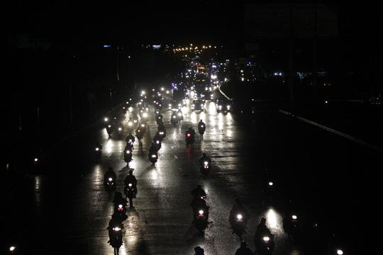 Tới gần 22 giờ, dù lượng người về thành phố đã giảm bớt, không còn kẹt xe nhưng vẫn còn không ít người vẫn lặng lẽ và di chuyển chậm trong bóng đêm mịt mù.