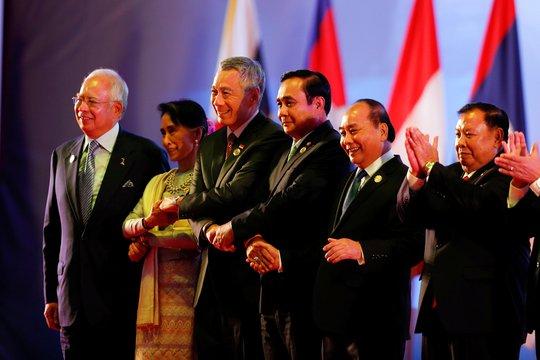 Thủ tướng Nguyễn Xuân Phúc (thứ hai từ phải sang) tại lễ khai mạc Hội nghị Cấp cao ASEAN ngày 6-9 Ảnh: REUTERS