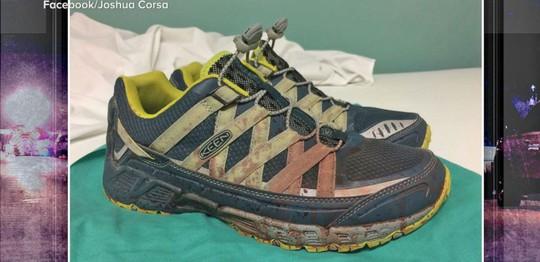 Đôi giày nhuốm máu của bác sĩ Joshua Corsa. Ảnh: ABC News
