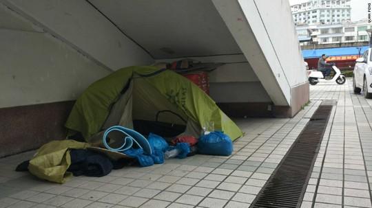 Không ít lần Quan phải ngủ trong lều vì khách sạn không nhận khách như anh. Ảnh: CNN