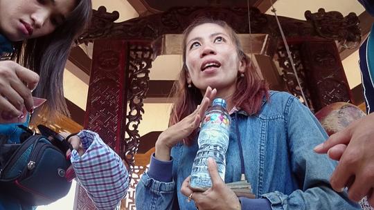 Những người bán nước gây quỹ từ thiện ép mua 15.000 đồng/ chai nước khoáng khiến nhiều du khách dở khóc, dở cười.