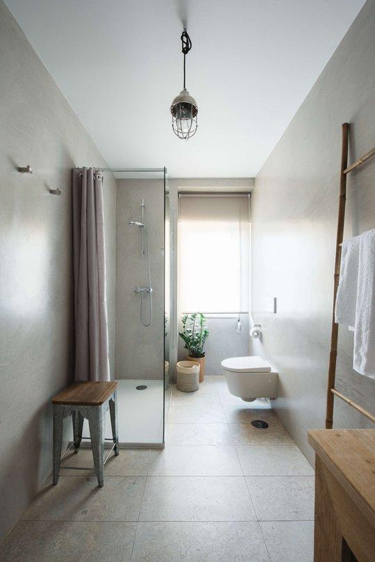 Phòng tắm cũng được đặt ở vị trí thông thoáng với ô cửa lớn.