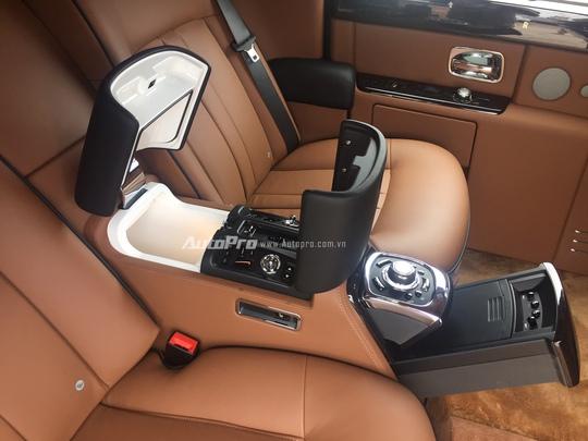 Các nút bấm điều khiển dành cho chủ nhân của chiếc xe cũng được bố trí ẩn dưới bệ tì tay của hàng ghế sau.