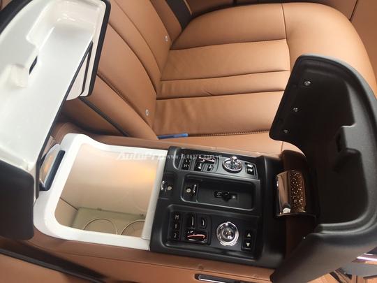 Chiếc xe Rolls-Royce Phantom EWB này còn được trang bị một hộc làm lạnh riêng để chủ nhân của chiếc xe có thể cất trữ những chai rượu vang cho những hành trình của mình.