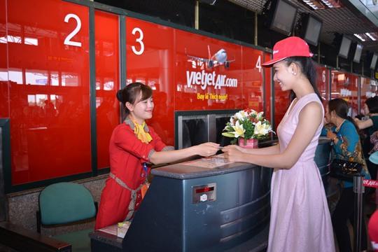 Thí sinh Thùy Linh nổi bật tại quầy làm thủ tục của Vietjet