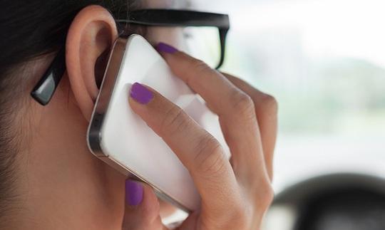 Việc áp màn hình điện thoại lên tai để nói chuyện sẽ dễ dàng lây truyền vi khuẩn cho da.