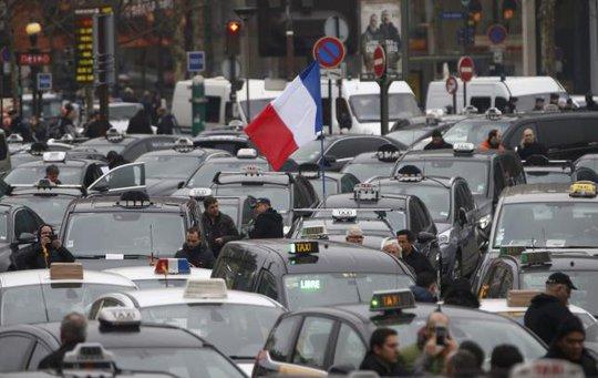 Ít nhất 2.100 tài xế taxi tập trung ở thủ đô Paris biểu tình. Ảnh: Reuters