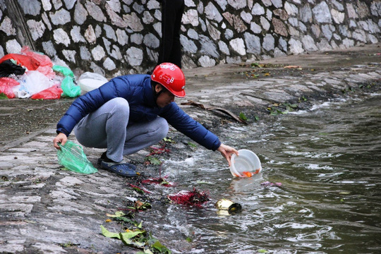 Thả cá chép để tiễn Táo quân về trời tại hồ Thiền Quang (Hà Nội)
