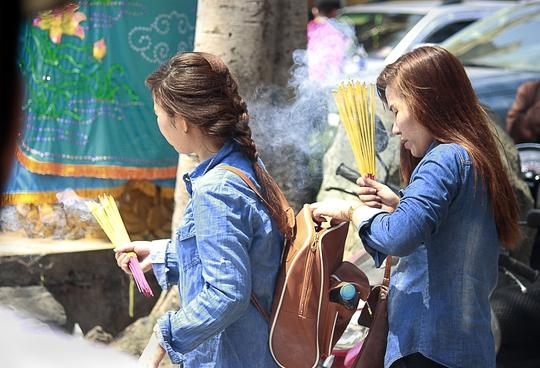 Khi đến chùa, du khách sẽ được tiểu thương chào mua những bó nhang lớn với giá từ 20.000 - 40.000 đồng. Đắt gấp cả chục lần