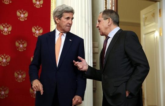 Ngoại trưởng Nga Sergei Lavrov (phải) và Ngoại trưởng Mỹ John Kerry. Ảnh: TASS