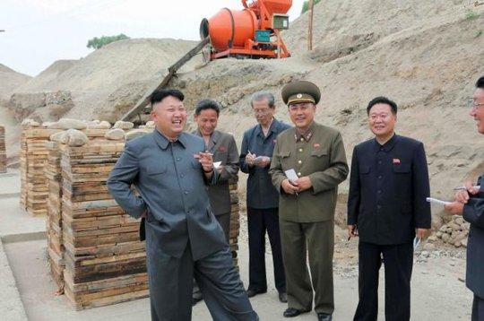 Ông Kim hay xuất hiện với điếu thuốc cầm trên tay. Ảnh: KCNA