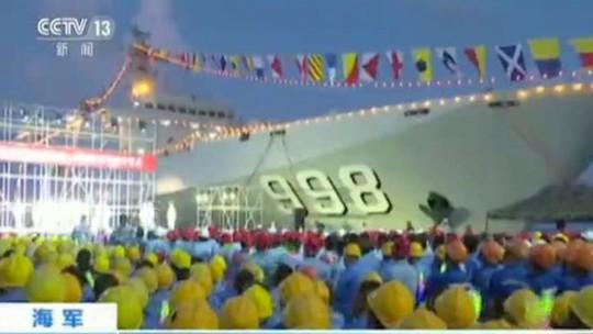 Song Zuying biểu diễn hôm 30-4 trên bãi Đá Chữ thập. Ảnh: CCTV