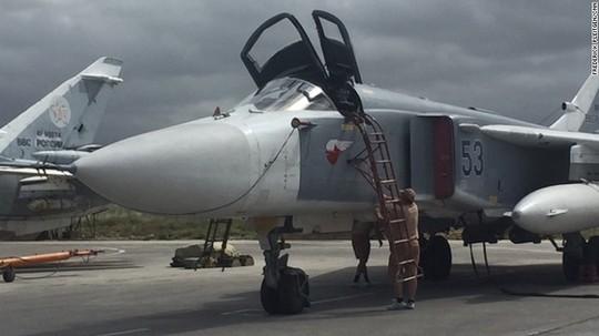 Một chiếc Su-24 đậu tại căn cứ Hmeymim ngày 4-5. Ảnh: CNN