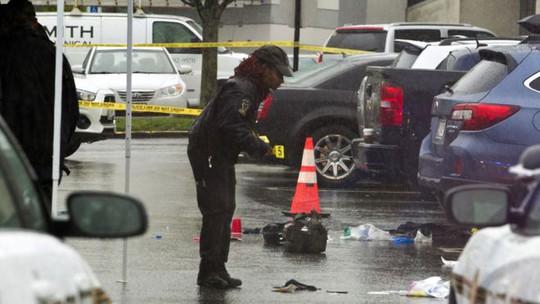 Cảnh sát tìm bằng chứng tại hiện trường 1 trong 2 vụ nổ súng. Ảnh: AP