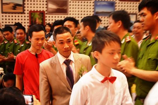 Đúng 10 giờ sáng, hôn lễ được chính thức bắt đầu. Chú rể Hoàng Dũng lịch lãm trong bộ veston màu ghi