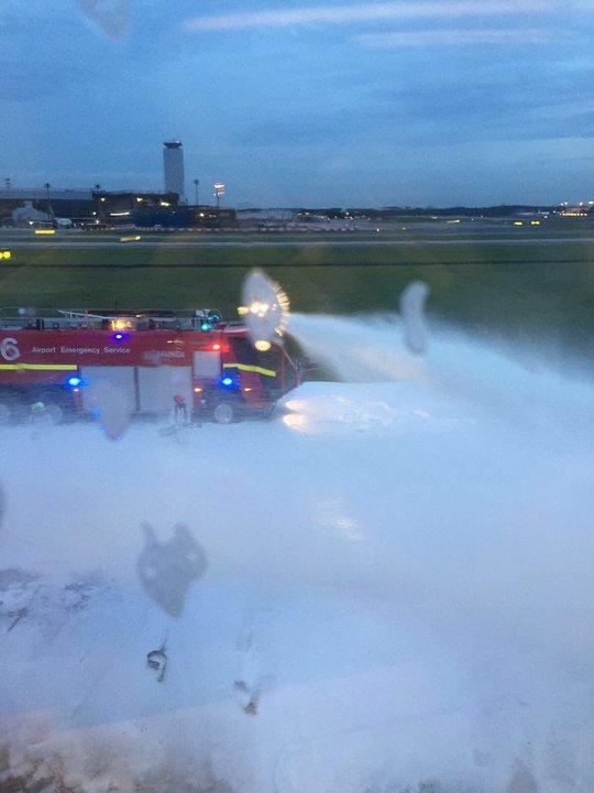 Lực lượng cứu hỏa phun bọt dập lửa. Ảnh: CNA