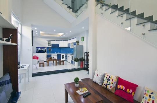 Phòng ăn, phòng khách và sân vườn kết nối đan xen nhau. Các bộ bàn ghế với độ cao vừa phải tạo sự thân thiện, hài hòa hơn với cảnh quan xanh mát bên ngoài.
