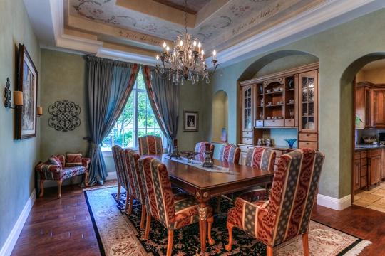 Phòng ăn ấm cúng với tông gỗ trầm cùng trần nhà lát đá kiểu cách.