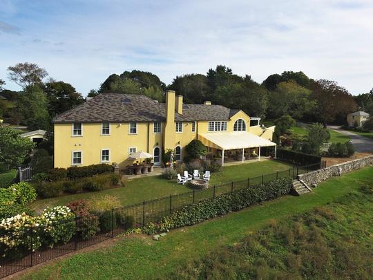 Khu vườn xanh ươm rộng lớn phía sau, giống như những khoảng sân dành cho tiệc trà của quý tộc thuở xưa.
