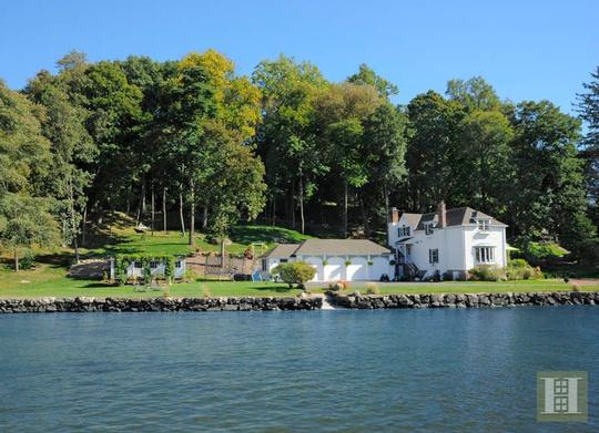 Hai mặt của biệt thự đều tiếp giáp với sông nước còn vây phủ xung quanh là thiên nhiên xanh mát.