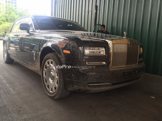 Chiếc xe Rolls-Royce Phantom mới về Việt Nam thuộc thế hệ 2015 và là phiên bản trục cơ sở kéo dài EWB.