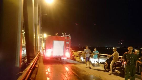 Hai xe chữa cháy được điều đến hiện trường để xử lý vụ thanh niên đốt xe máy - ảnh: CTV
