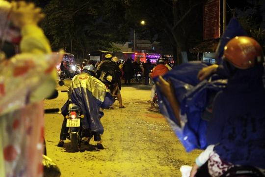 Nhiều xe phải tấp lại ven đường để mặc áo mưa, buộc lại đồ đạc trước khi tiếp tục hướng về thành phố.