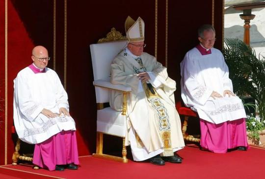 Giáo hoàng Francis (giữa) trong lễ phong thánh ở Quảng trường thánh St. Peter. Ảnh: REUTERS