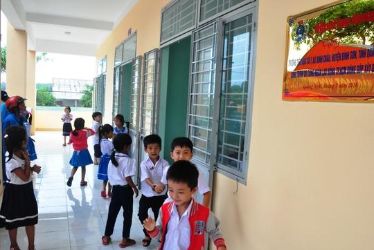 Các em học sinh Trường Tiểu học số 1 Bình Châu học trong ngôi trường do Báo Người Lao Động trao tặng