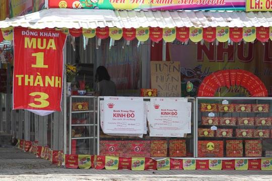 Một cửa hàng bánh Trung thu trên đường 3/2 khá vắng vẻ người mua