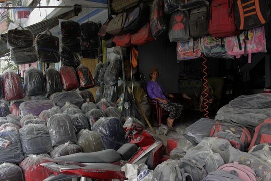 Cuộc sống của người dân nơi đây cũng đảo lộn hoàn toàn vì bụi. Cứ mở cửa là bụi bay vào nhà, bám đầy các vật dụng. Những hộ kinh doanh, buôn bán là người gánh chịu nhiều nhất.