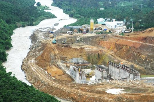 Thủy điện Đại Bình làm thu hẹp dòng chảy khiến hàng chục hộ dân và cây trồng bị ngập sâu trong nước.