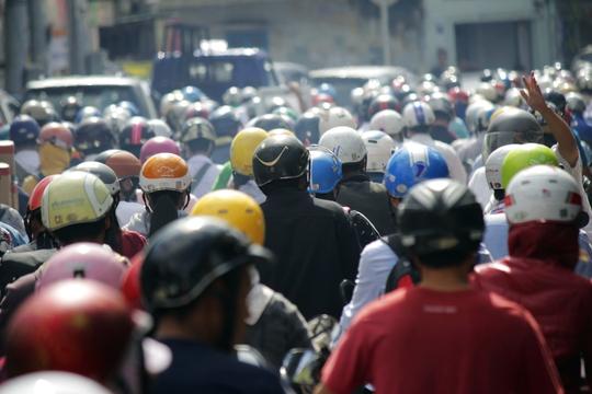 Hơn 9 giờ sáng, đường Nguyễn Kiệm vẫn còn kẹt xe khủng khiếp, các phương tiện giao thông phải nhúc nhích từng bánh xe nhỏ.