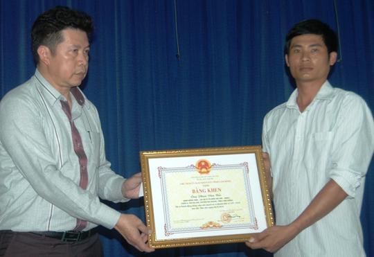 Ông Trương Hữu Hiệp, Giám đốc Sở GTVT, Phó ban ATGT tỉnh, trao bằng khen của Chủ tịch UBND tỉnh Lâm Đồng cho tài xế Phan Văn Bắc.