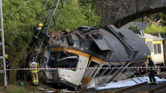 Tàu lửa trật bánh gần nhà ga O Porrino. Ảnh: EPA