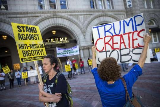 Người biểu tình phản đối ông Trump trước khách sạn. Ảnh: EPA