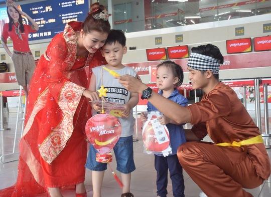 Sau Tết nguyên đán, Trung thu là tết đoàn viên mang ý nghĩa đặc biệt đối với người Việt Nam. Bay cùng Vietjet vào dịp này, hành khách luôn được sống trong không khí ấm áp, những trải nghiệm thú vị, vui vẻ trong suốt hành trình. Cạnh đó, các hành khách nhí sẽ được thỏa ước mơ gặp gỡ các nhân vật cổ tích quen thuộc mà các em yêu quý