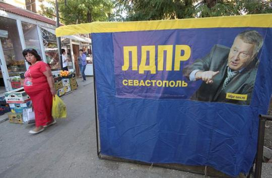 Poster tranh cử của thủ lĩnh đảng Dân chủ Tự do Nga Vladimir Zhirinovsky trên bán đảo Crimea. Ảnh: REUTERS