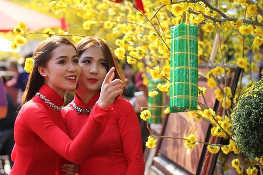 Nhiều thiếu nữ diện áo dài với sắc màu khác nhau để có bộ hình đẹp khi mùa xuân mới về.