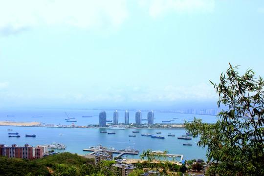 Thành phố Tam Á nhìn từ công viên Lộc Hồi Đầu