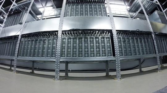 Các server được đặt trên các kệ thường được dân kỹ thuật gọi rack. Có hàng trăm rack, mỗi rack có cả chục server như vậy trong một trung tâm dữ liệu. Và dĩ nhiên cấu hình của các server này thường rất mạnh. Khi trang bị nhiều server việc đào tiền ảo của bạn càng hiệu quả.