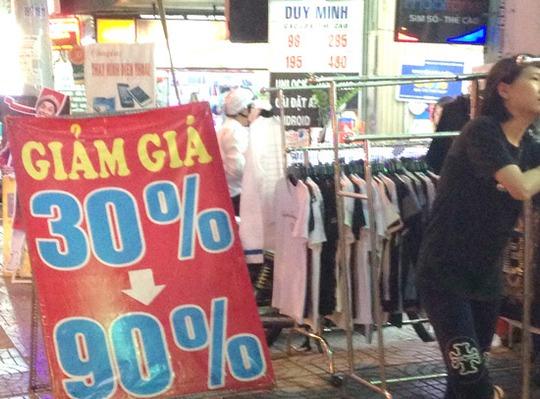 Khắp các vỉa hè ở TP HCM đang xuất hiện nhiều băng rôn quảng cáo bán hàng khuyến mãi, giá rẻ