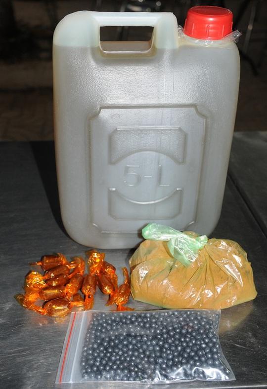 Can thuốc rượu và ba loại thuốc tự chế của thầy Bảy Lãm bán với giá 250.000 đồng.