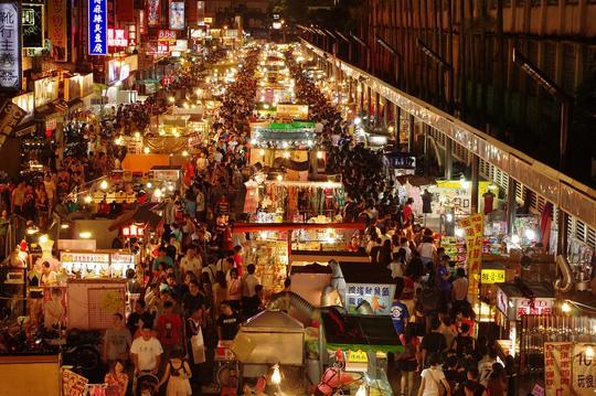 Những dãy hàng san sát, người chen chúc là cảnh tượng thường thấy ở các chợ đêm Đài Loan