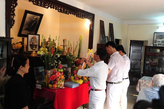 Học sinh Trường THPT Phan Châu Trinh thắp hương tại nhà lưu niệm