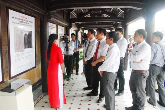Các đại biểu và du khách xem triển lãm về Quốc hiệu và kinh đô