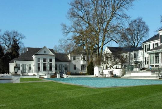 Bể bơi ngoài trời nằm ngay tiền sảnh biệt thự