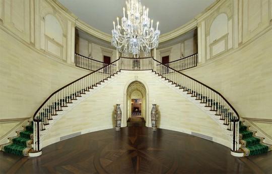 Cầu thang được thiết kế vô cùng lộng lẫy dẫn lên các tầng trên của ngôi nhà