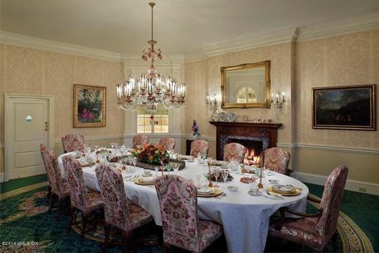 Phòng ăn lớn theo phong cách cổ điển với lò sưởi và đèn chùm